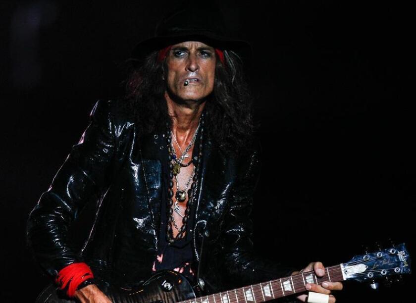 Joe Perry, el guitarrista de Aerosmith, fue llevado de urgencias anoche a un hospital en Nueva York (EE.UU.), tras desplomarse camino a su camerino en el Madison Square Garden, donde se presentó como artista invitado en un concierto de Billy Joel. EFE/Archivo
