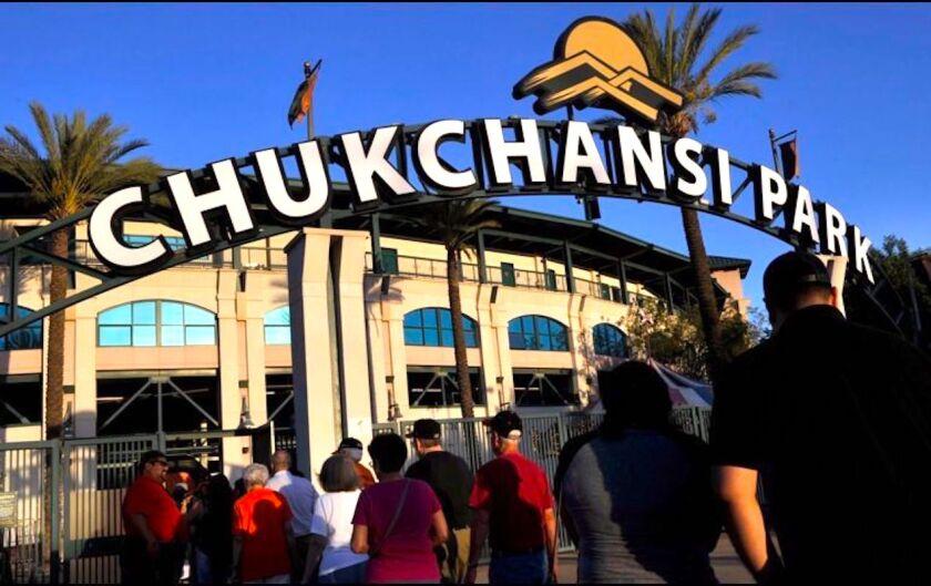 Espectadores llegando al Chuckchansi Park en Fresno, California.