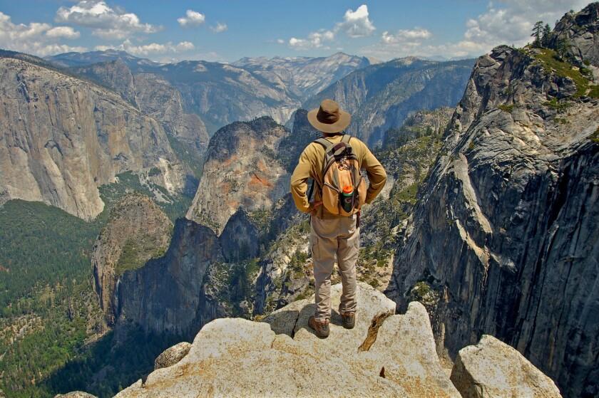 Adam Jenkins se fotografió a sí mismo en Crocker Point frente al Valle de Yosemite. Un estudio nuevo sugiere que incluso las caminatas cortas podrían mejorar la salud mental.