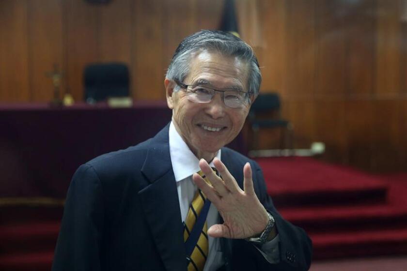 El expresidente peruano Alberto Fujimori saluda durante una audiencia. EFE/Archivo