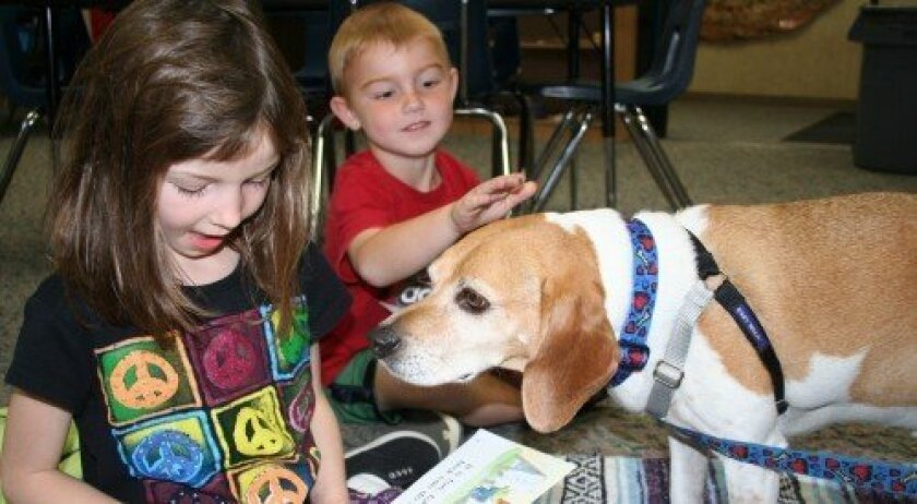 Solana Highlands students with a therapy dog