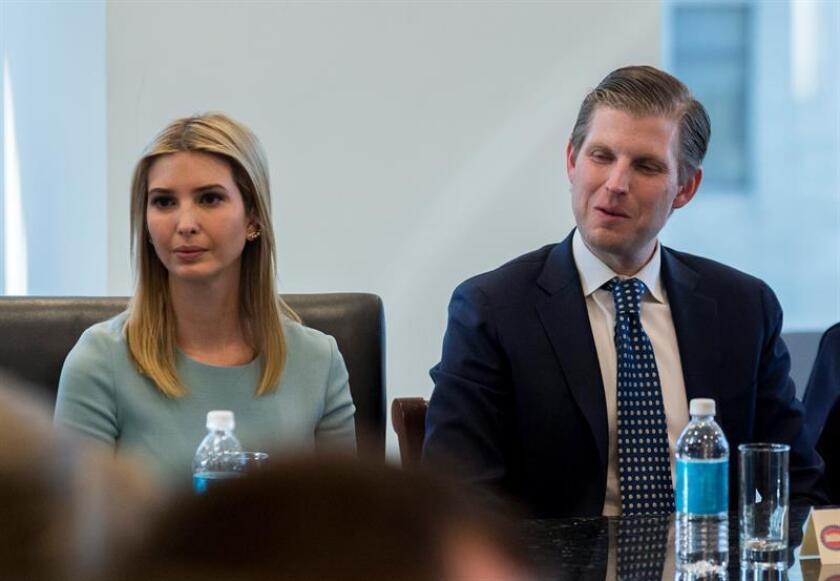 """Eric Trump (i), hijo del presidente Donald Trump, aseguró hoy que su padre """"no ve razas"""" y el """"único color"""" que le interesa es """"el verde"""", en referencia al dólar y su especial énfasis en el ámbito económico. EFE/Archivo"""