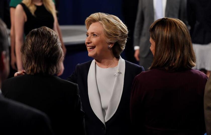 """El candidato republicano a la Casa Blanca, Donald Trump, afirmó hoy que su rival demócrata, Hillary Clinton, es una """"luchadora"""", mientras que ella alabó a los hijos del magnate, de los que dijo son """"capaces"""" y """"leales""""."""