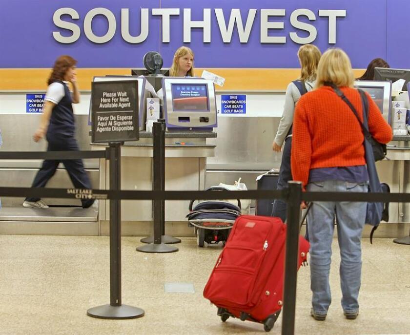 Un estudiante musulmán interpuso una demanda contra la compañía Soutwest Airlines tras ser expulsado en 2016 de uno de sus aviones cuando hablaba por teléfono en árabe con un familiar antes de despegar del aeropuerto de Los Ángeles, informaron hoy medios locales. EFE/ARCHIVO