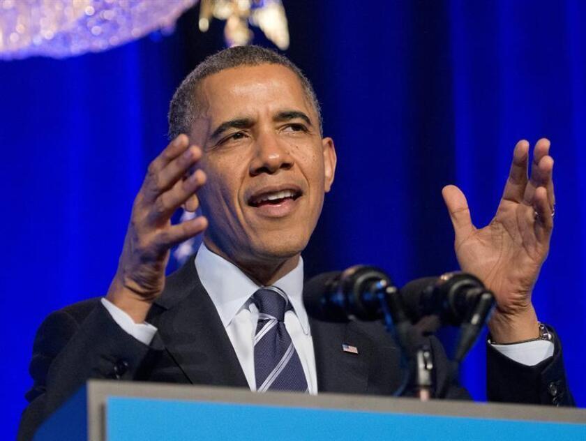 """El presidente estadounidense, Barack Obama, pronuncia un discurso ante activistas de la Organización por la Acción para pedir apoyo en la difusión de la demonida ley """"Obamacare"""" en un hotel de Washington DC (EE:UU.). EFE/Archivo"""