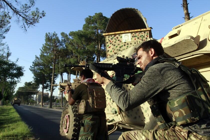 Los combates en Herat en Afganistán el 3 de agosto del 2021. (Foto AP/Hamed Sarfarazi)