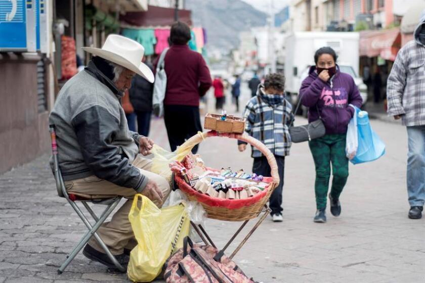 El Servicio Meteorológico Nacional (SMN) de México pronosticó hoy que para la noche de este miércoles y la madrugada del jueves un frente frío y una tormenta invernal mantendrán a gran parte del país con bajas temperaturas como el caso de esta capital que registrará un temperatura mínima entre 0 y 5 grados Celsius. EFE/ARCHIVO
