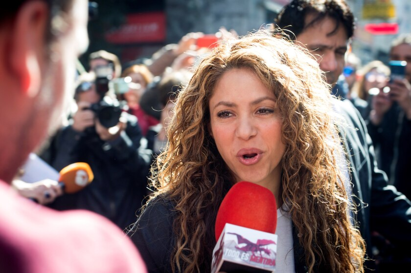 La cantante colombiana Shakira atiende a los medios. EFE/Luca Piergiovanni/Archivo