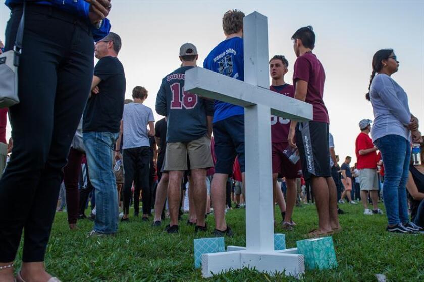 Miles de personas participan en la vigila en recuerdo de las 17 víctimas mortales de la matanza perpetrada por Nikolas Cruz en la escuela secundaria Marjory Stoneman Douglas en Pine Trails Park, Parkland, Florida (EE. UU.). EFE/Archivo