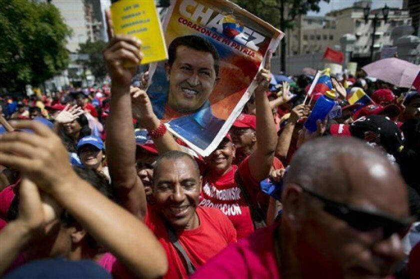 El gobernador del estado venezolano de Miranda (centro), Henrique Capriles, dijo hoy que el presidente Nicolás Maduro ha incumplido los acuerdos suscritos en la mesa de diálogo, algo que el opositor consideró como una burla al papa Francisco, quien envió un mediador a estas conversaciones.