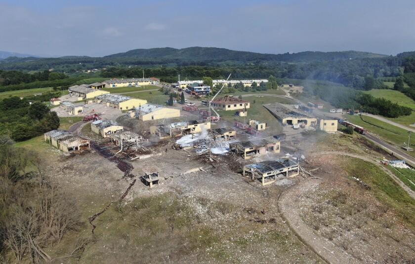 Vista de edificios destruidos en una fábrica de fuegos artificiales tras una explosión en las afueras del pueblo Hendek, en la provincia Sakarya, en el noroeste de Turquía, el viernes 3 de julio de 2020. (DHA vía AP)
