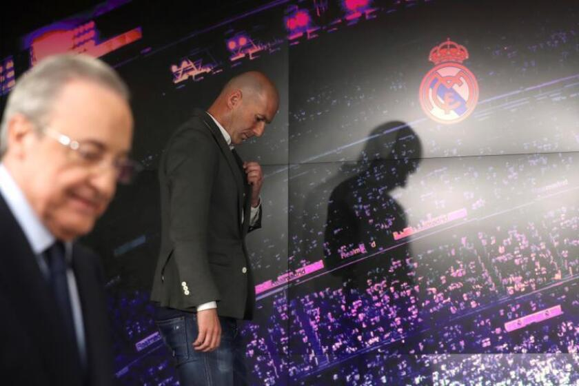 El francés Zinedine Zidane (d) comparece ante los medios de comunicación tras su regreso como entrenador del Real Madrid, en la sala de prensa del estadio Santiago Bernabéu. EFE