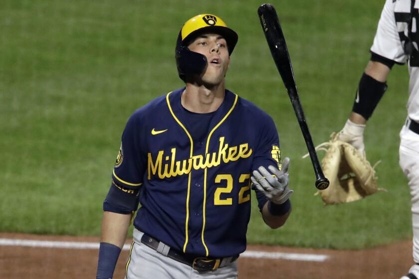 Christian Yelich, de los Cerveceros de Milwaukee, arroja su bate tras ser ponchado por Robbie Erlin