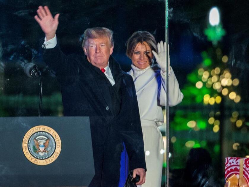 El presidente de los Estados Unidos, Donald J. Trump (i), y la primera dama, Melania Trump (d), participan en la Iluminación del Árbol de Navidad Nacional, en The Ellipse, en President's Park, al sur de la Casa Blanca, en Washington (EE.UU.). EFE/Archivo