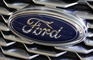Il logo Ford in un Ford Explorer 2018, in una foto scattata il 15 febbraio 2018 ad un automotive Fiera a Pittsburgh. . (AP Photo / Gene J. Puskar, File)