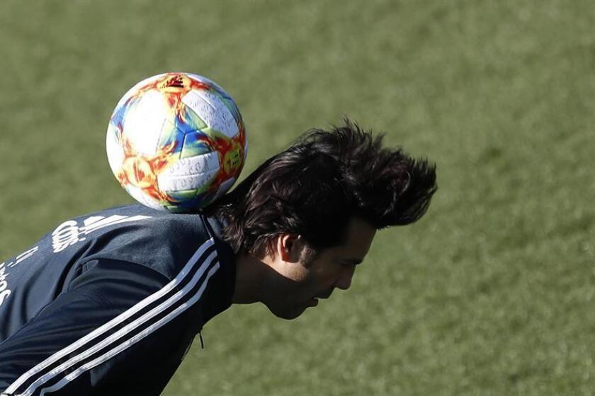 El entrenador argentino del Real Madrid, Santiago Solari, durante el entrenamiento realizado este martes en la Ciudad Deportiva de Valdebebas para preparar el partido de vuelta de las semifinales de la Copa del Rey que disputa ante el FC Barcelona mañana en el estadio Santiago Bernabéu. EFE