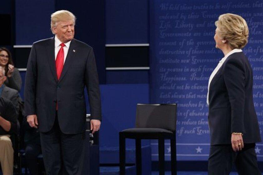 """El candidato republicano a la Casa Blanca, Donald Trump, negó hoy haber atacado sexualmente a mujeres y dijo que las """"respeta"""", igual que ellas lo """"respetan"""" a él, en alusión al polémico vídeo en el que hace comentarios denigrantes sobre las mujeres."""