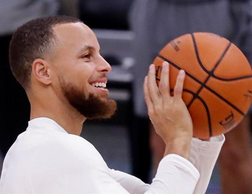 El jugador de Golden State Warriors, Stephen Curry se prepara para lanzar el balón durante una práctica para al tercer juego de las finales de la NBA este, martes 5 de junio de 2018, en el Quicken Loans Arena, en Cleveland, Ohio (EE.UU.).EFE