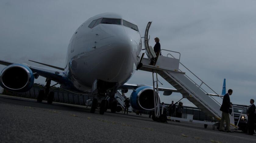 Hillary Clinton aborda su avión de campaña en Nueva York, el día después del primer debate presidencial, en septiembre pasado.