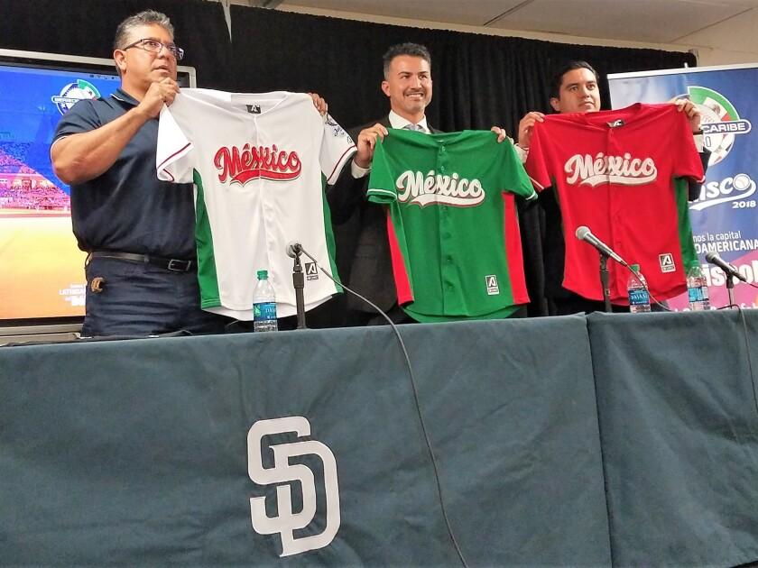 Carlos Hernández (izquierda), Édgar González (centro) y Miguel López (derecha), presentaron en San Diego los detalles sobre la Serie del Caribe Jalisco 2018.