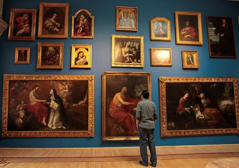 """Un hombre observa algunas de las obras de la exhibición """"Evocaciones"""" hoy, jueves 7 de junio de 2018, en el Museo Nacional de San Carlos (Ciudad de México). EFE"""