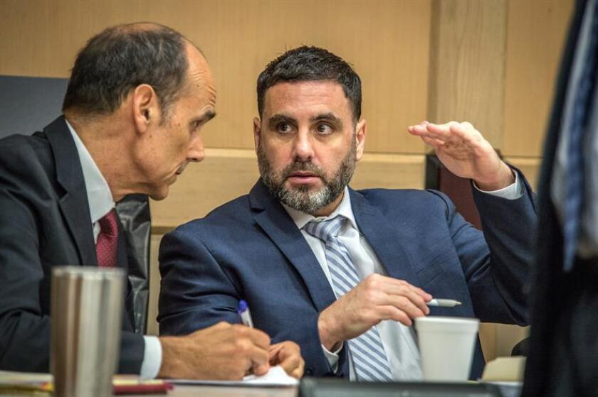 El hispano-estadounidense Pablo Ibar (d) conversa con su abogado Benjamin Waxman durante su juicio en el tribunal estatal de Florida, en Fort Lauderdale, Florida (EE.UU.). EFE