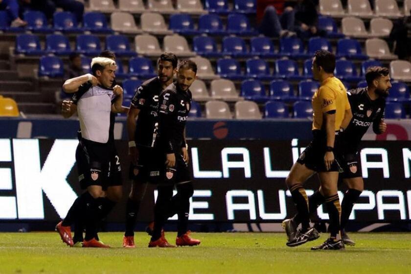 Brian Fernández (i), del Necaxa, fue registrado este viernes al festejar con varios compañeros un gol que le anotó al Puebla, durante un partido correspondiente a la jornada 5 del torneo mexicano de fútbol, en el estadio Cuauhtémoc de Puebla (México). EFE