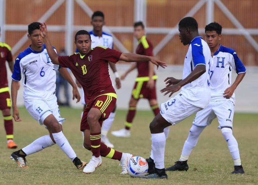 En la imagen, el jugador de Venezuela Yohandry Orozco (2i). EFE/Ricardo Maldonado Rozo/Archivo