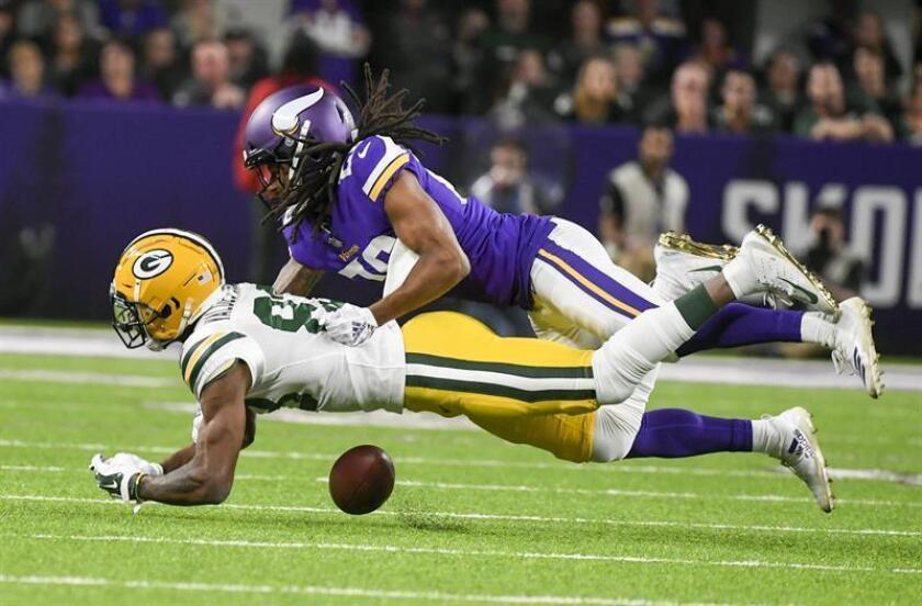Trae Waynes, de los Minnesota Vikings (arriba), disputa un balón con Marquez Valdes-Scantling , de los Green Bay Packers(debajo), hoy en Minneapolis. EFE