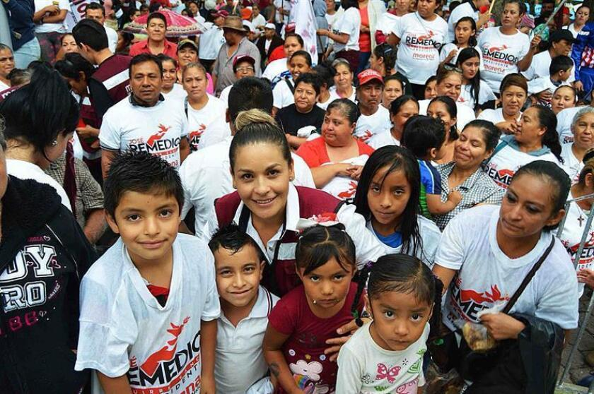 Fotografía sin fecha cedida por Carmen Ortiz, quien posa con un grupo de niños en la ciudad de Guanajuato (México). EFE/ARCHIVO PARTICULAR/SOLO USO EDITORIAL