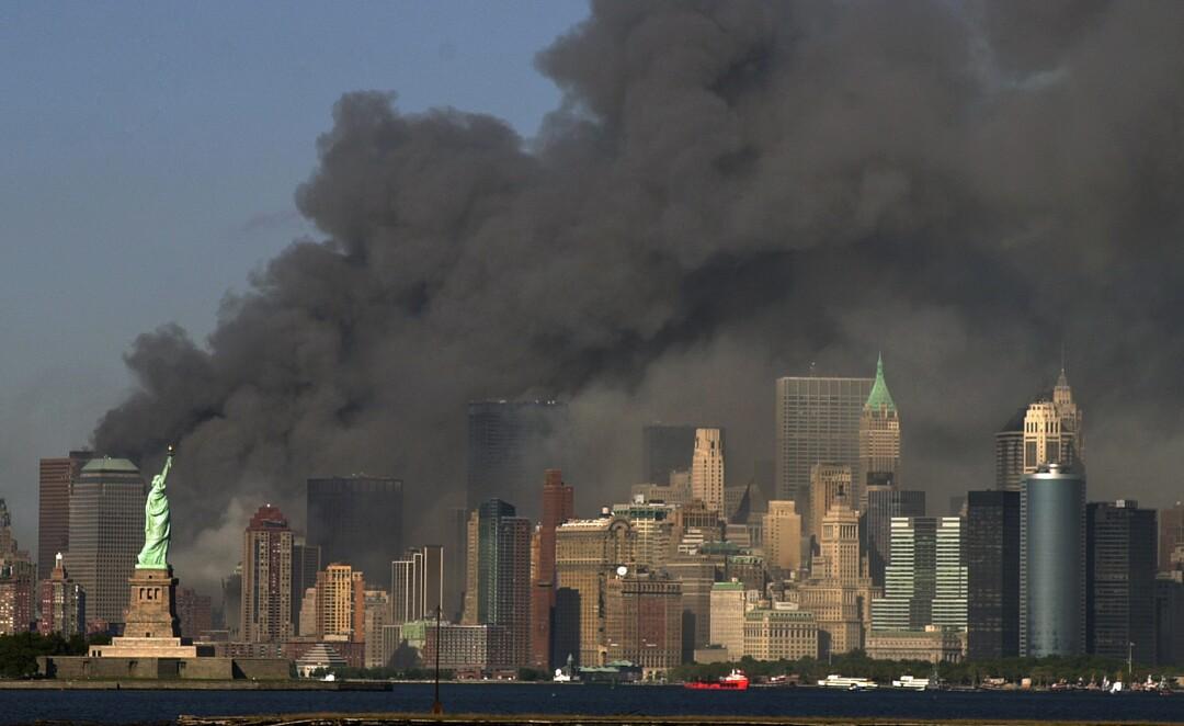 با مجسمه آزادی در سمت چپ ، تصویر سیگاری منهتن پس از حملات