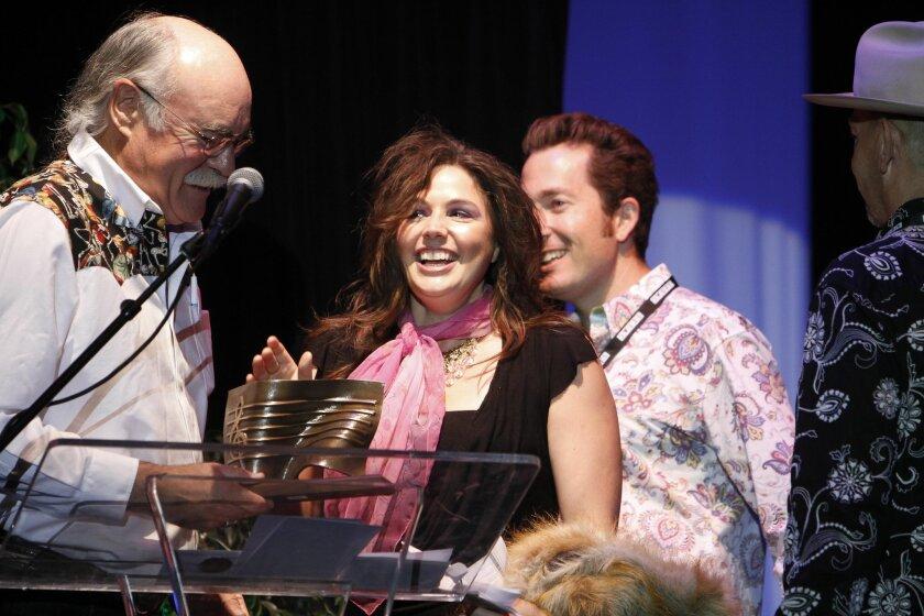 Sara Petite, en el centro, acepta su trofeo a la Best Americana