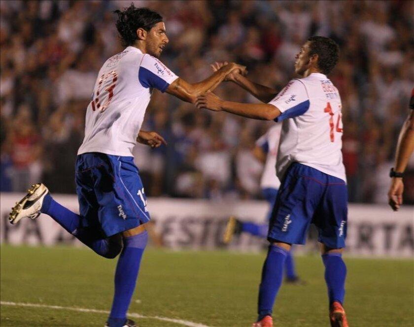 En la imagen, los jugadores de Nacional de Uruguay Sebastián Abreu (i) y Gonzalo Bueno (d). EFE/Archivo