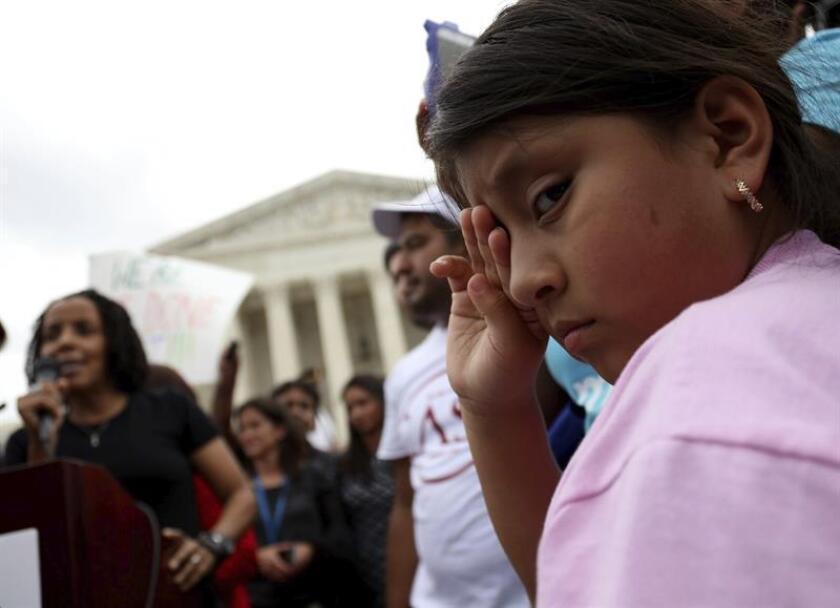 """Con tristeza y enojo la comunidad latina recibió hoy """"devastada"""" la decisión del Tribunal Supremo que, tras un empate de sus jueces, deja en un limbo legal a casi cinco millones de inmigrantes indocumentados."""