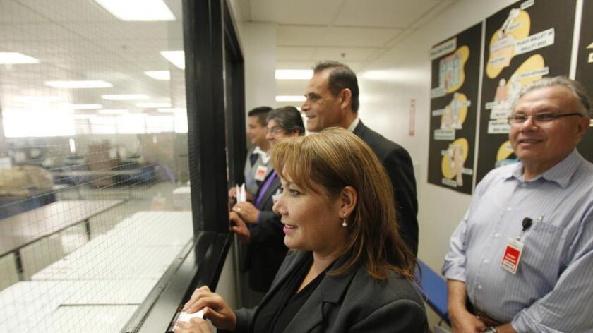 Patty López observa el conteo de las boletas en las elecciones de 2014, contienda donde enfrentó al candidato Raúl Bocanegra a quién lo eliminó con menos de 500 votos. (Allen J. Schaben / Los Angeles Times)