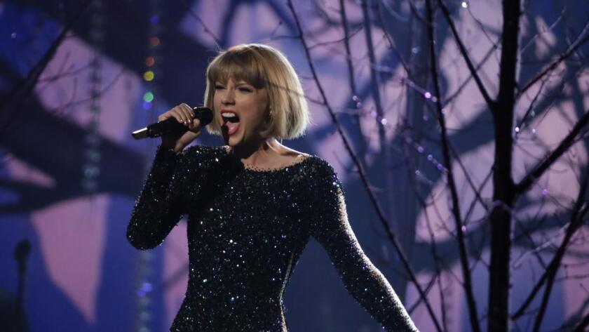 """La cantautora Taylor Swift, durante su actuación en la entrega de los Premios Grammy de 2016, ha realizado varios giros de carrera inteligentes durante la década siguiente al lanzamiento de su debut, """"Taylor Swift"""", en 2006."""