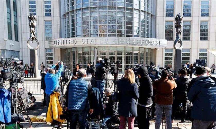 """Periodistas esperan afuera de la Corte Federal de los Estados unidos mientras continúa la deliberación de los jurados en el caso contra Joaquín """"El Chapo"""" Guzmán, este martes en Brooklyn, Nueva York (EE.UU.). EFE"""