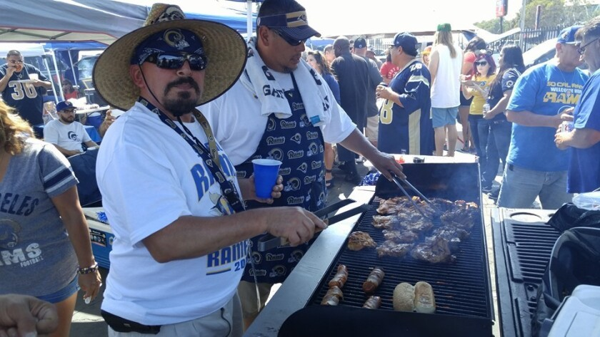 Aficionados de Southern California Rams Booster Club disfrutan en familia los juegos de su equipo favorito.