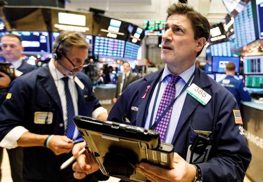 Un agente de bolsa trabaja en la Bolsa de Nueva York (EE.UU.). EFE