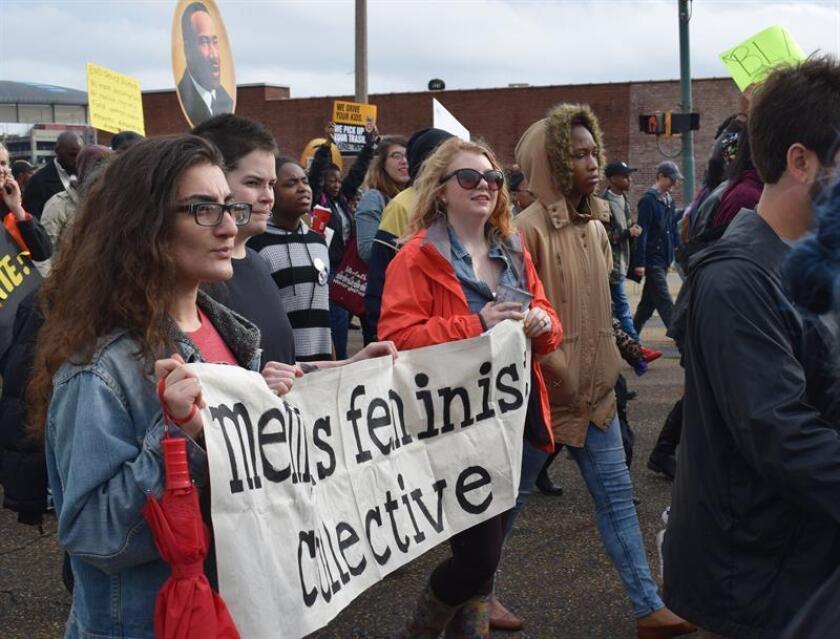 Varios miles de manifestantes marcharon hoy por las calles de Denver, a pesar del frío y de la nieve, en conmemoración del Día de Martin Luther King Jr., este año sin protestas políticas como las que en 2017 causaron la pérdida de patrocinadores, presupuesto y voluntarios para el evento. EFE/Archivo