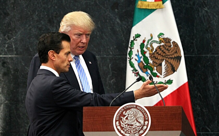 """El presidente de México, Enrique Peña Nieto (i) recibe al candidato republicano a la presidencia de Estados Unidos, Donald Trump (d) hoy, miércoles 31 de agosto de 2016, en la residencia Los Pinos en Ciudad de México (México). El candidato republicano a la Casa Blanca, Donald Trump, expresó hoy su """"gran respeto"""" al pueblo mexicano pero reiteró ante el presidente de México, Enrique Peña Nieto, la necesidad de construir """"un muro para poner un alto a la inmigración"""" en la frontera común. EFE/JORGE NUÑEZ"""