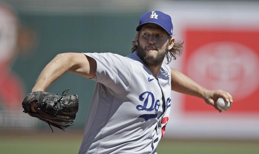 Clayton Kershaw, de los Dodgers de Los Ángeles, lanza frente a los Gigantes de San Francisco.