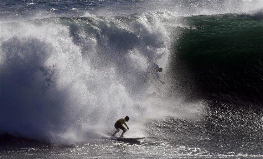 El surfista chileno Ramón Navarro monta una ola durante el campeonato Quicksilver Ceremonial Big Wave 2013, en Punta de Lobos, Pichilemu (Chile). EFE