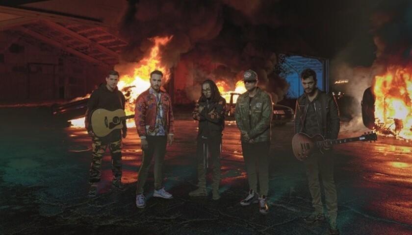Los integrantes del grupo mexicano Reik al lado de los boricuas Ozuna y Wisin, durante el rodaje del nuevo video.