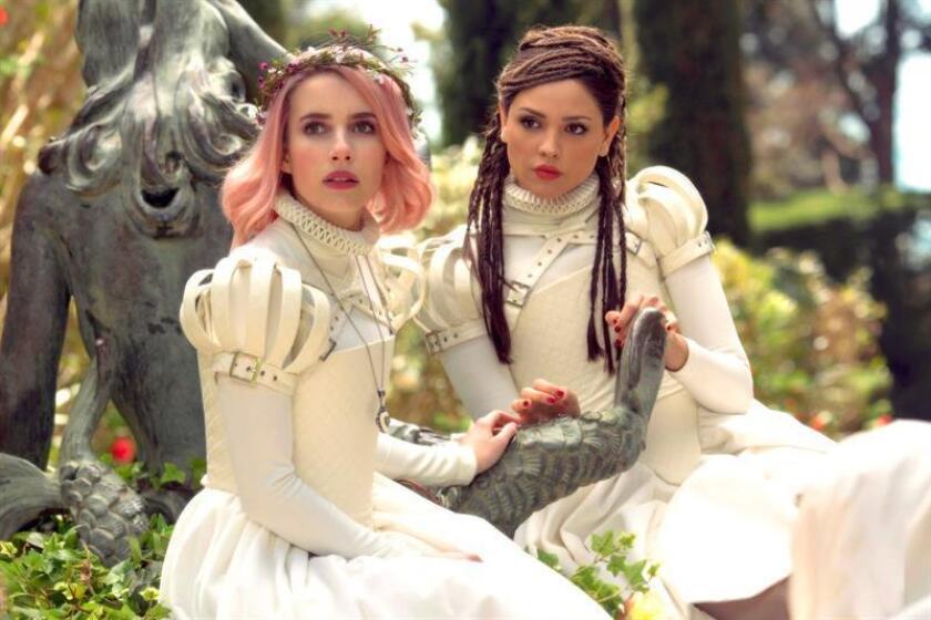 """Fotograma cedido por Sundance Institute, donde aparecen las actrices Emma Roberts (i) y Eiza González durante una escena de """"Paradise Hills"""", ópera prima de la cineasta española Alice Waddington, que se estrenó el sábado en el Festival de Sundance. EFE/Manolo Pavón/SUNDANCE INSTITUTE/SOLO USO EDITORIAL/NO VENTAS"""