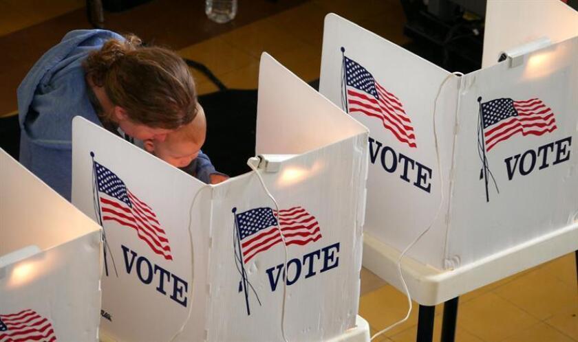 Una mujer asiste con su hijo a votar en el Ayuntamiento de Santa Mónica antes de las elecciones primarias de California, en Santa Mónica, California (Estados Unidos) hoy, martes 5 de junio de 2018. EFE