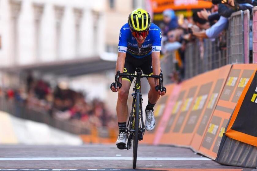 Le ciclista británico Adam Yates, del Mitchelton-Scott, cruza la meta en Recanati, Italia. EFE/EPA