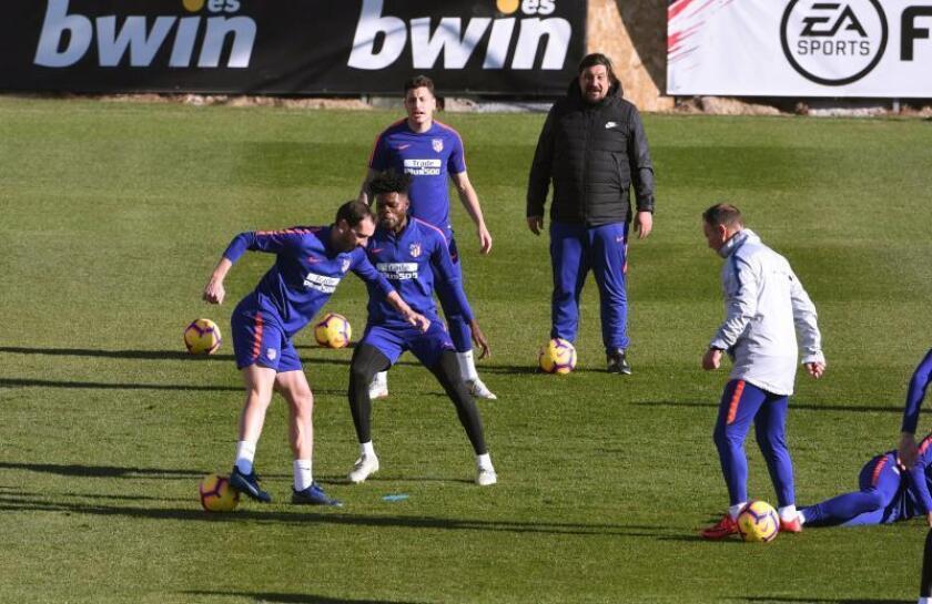 Los jugadores del Atlético de Madrid Godín y Thomas, durante el entrenamiento del equipo esta mañana en Cerro del Espino para preparar el partido de la decimoquinta jornada de Liga que les enfrenta al Alavés mañana, sábado, en el Wanda Metropolitano. EFE