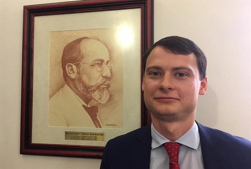 Fotografía del 2 de enero de 2018, del agregado cultural de la embajada de Rusia en México, Evgeny Zakharov, quien posa al termino de una entrevista con Efe en la ciudad de Mérida (México). EFE