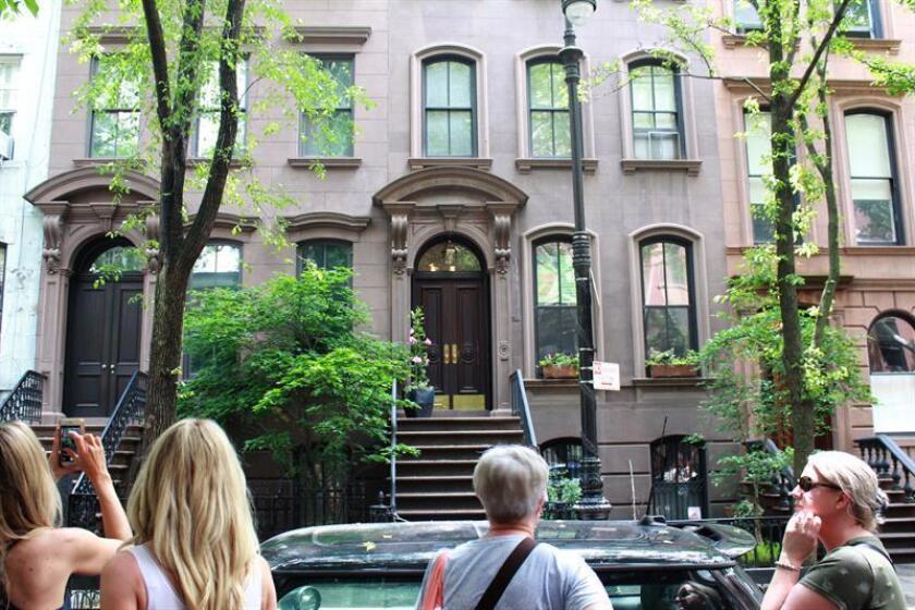 """Vista de la fachada de la casa de Carrie Bradshaw, protagonista de la serie de televisión """"Sex and the city"""", en el barrio del West Village, en Nueva York (Estados Unidos), este 1 de junio de 2018.EFE"""